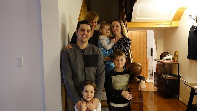 La famille Barus dans l'escalier de sa maison.