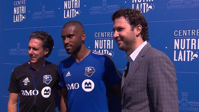 Mauro Biello (à gauche) et Adam Braz heureux de la signature d'Anthony Jackson-Hamel (au centre)