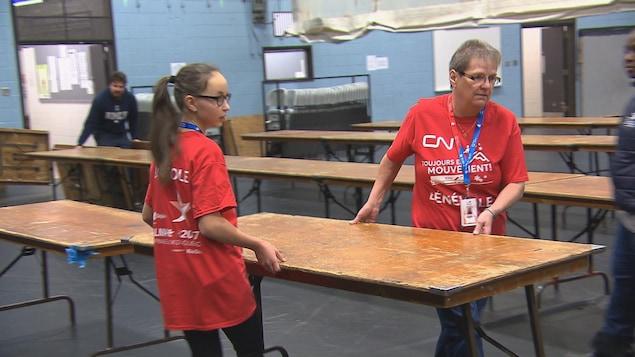 Des bénévoles s'activent en prévision des Jeux d'hiver du Québec à Alma.