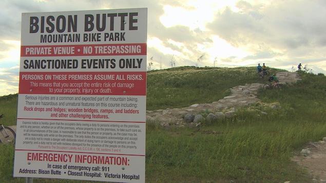 La Bison Butte a été construite à partir de terre provenant de site construction d'un magasin et de surplus de ciment