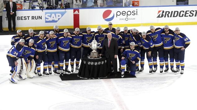 Les Blues de St.Louis prennent la pose avec le Trophée Clarence Campbell après avoir remporté la finale de l'Association de l'Ouest