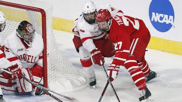 Brady Tkachuk (27) en action face à l'Université Cornell