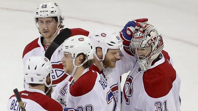 Les joueurs du Canadien célèbrent une victoire avec Carey Price.