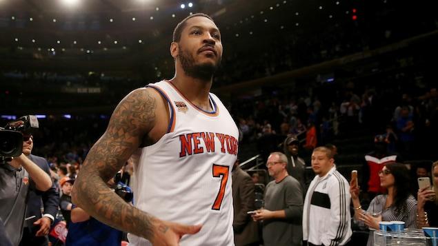 Carmelo Anthony quitte le terrain à la fin de ce qui s'avérera probablement être son dernier match dans l'uniforme des Knicks.