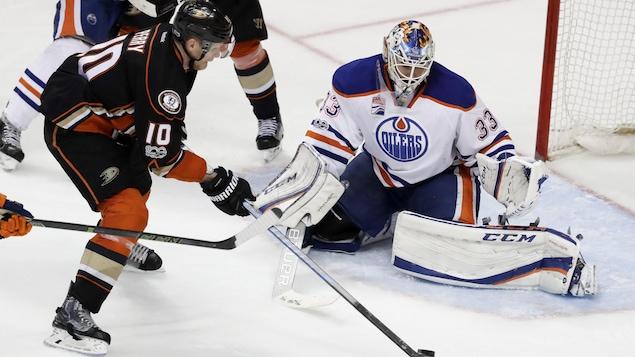 Corey Perry déjoue Cam Talbot, lors de la deuxième période de prolongation, du cinquième match de la série entre les Ducks et les Oilers.