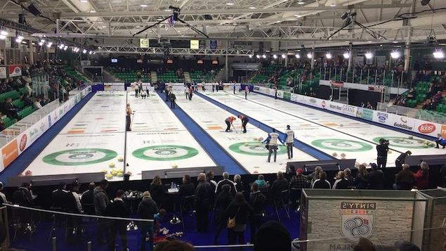 Vue des cinq glaces au Tournoi des maîtres de curling à Okotoks.