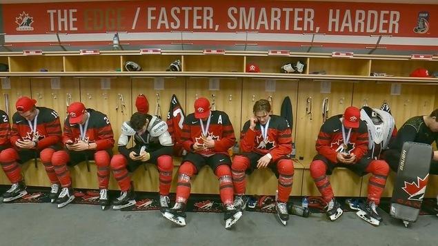 Équipe Canada junior dans le vestiaire après leur victoire en finale du Championnat du monde.
