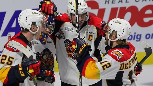 Les joueurs des Otters d'Erie célèbrent la victoire.