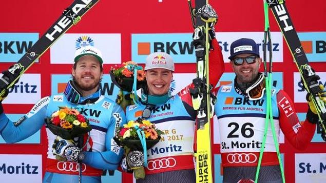 Erik Guay entouré de Kjetil Jansrud (gauche) et Manuel Osborne-Paradis sur le podium du super-G des mondiaux de St-Moritz.