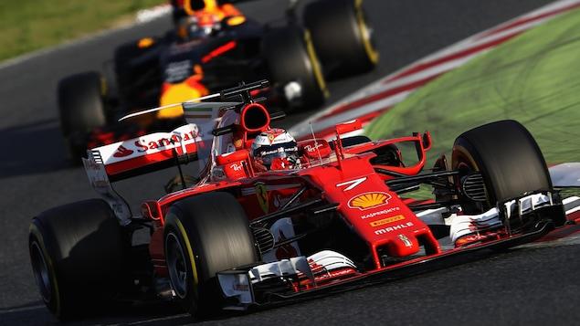 Kimi Raikkonen devant Max Verstappen, pendant les essais hivernaux à  Montmelo