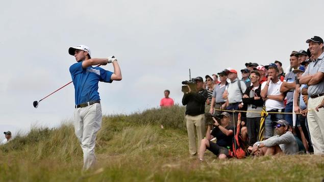 La foule observe le golfeur canadien Austin Connelly s'élancer pendant la dernière ronde de l'Omnium britannique 2017.