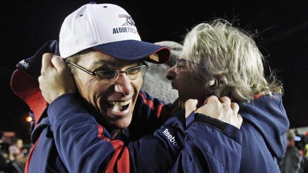 Marc Trestman et Jim Popp célèbrent la victoire des Alouettes à la finale de la Coupe Grey en 2009.