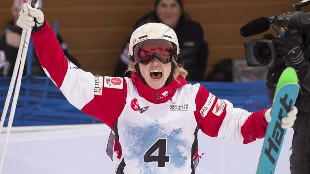 Justine Dufour-Lapointe célèbre sa victoire à la Coupe du monde de Val Saint-Côme.