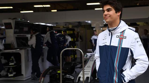 Lance Stroll devant le garage de l'équipe Williams