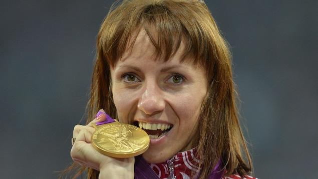 Mariya Savinova avec sa médaille d'or des Jeux de Londres en 2012