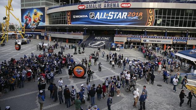 Des partisans font la file devant l'Amalie Arena de Tampa, avant le concours d'habiletés du match des étoiles de la LNH.