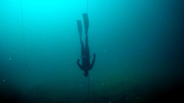 Un plongeur en apnée