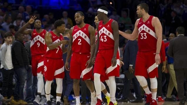 Serge Ibaka (9), Kyle Lowry (7), Kawhi Leonard (2), Pascal Siakam (43), et Marc Gasol (33) des Raptors de Toronto