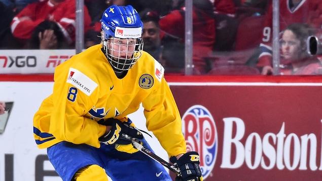 Rasmus Dahlin pendant le Championnat du monde de hockey junior, à Montréal