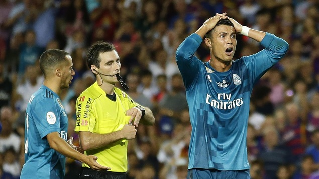 Cristiano Ronaldo réagit après un carton jaune reçu de l'arbitre Ricardo de Burgos.