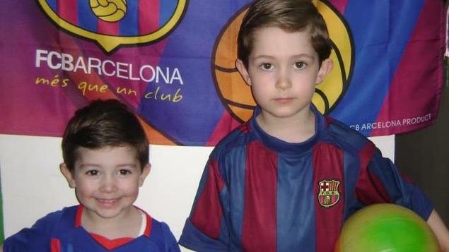 Les petits Bakkalian, avec leur maillot du FC Barcelone