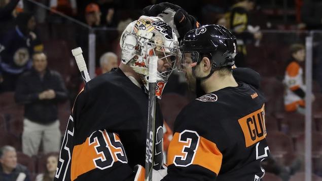 Steve Mason (gauche) et Radko Gudas (droite)