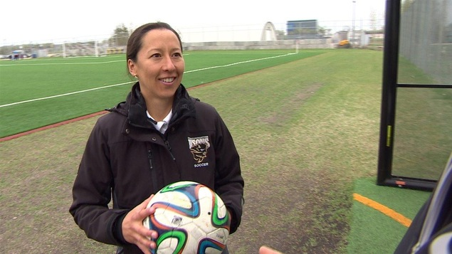 Vanessa Martinez est l'entraîneuse de l'équipe feminine de soccer des Bisons l'Université du Manitoba.