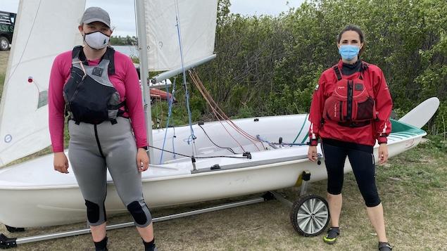 Kathleen Carter (à gauche) montre les rudiments de la voile à Nicole Lavergne-Smith (à droite).