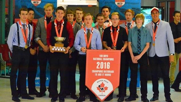 L'équipe de la Saskatchewan des moins de 16 ans avec la bannière des champions.