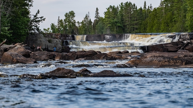 Un petit groupe de canoteurs s'est arrêté près des chutes.