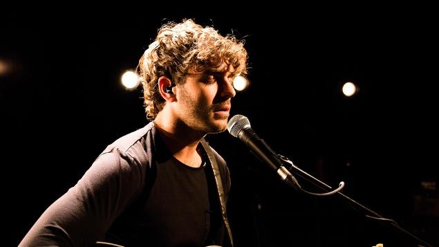 Alex Nevsky chante Le monde fou au studio 12