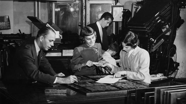 Denise Bombardier, à droite, avec l'équipe de l'émission « Bonjour dimanche », en 1955