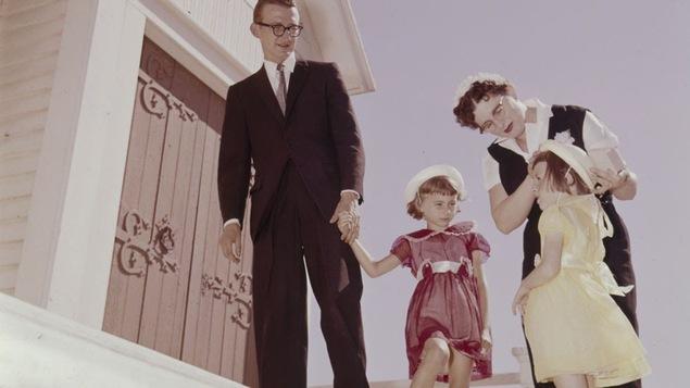 Une famille se rend à l'église en 1960.