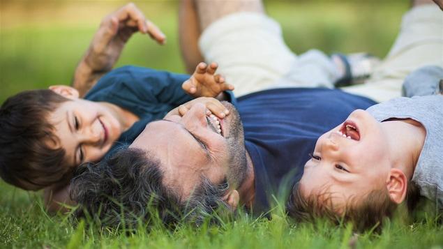 Un père heureux avec ses garçons