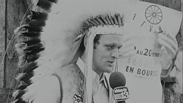 Jean Chrétien, portant une coiffure de guerre amérindienne en juillet 1971 durant un pow-wow près de Trois-Rivières