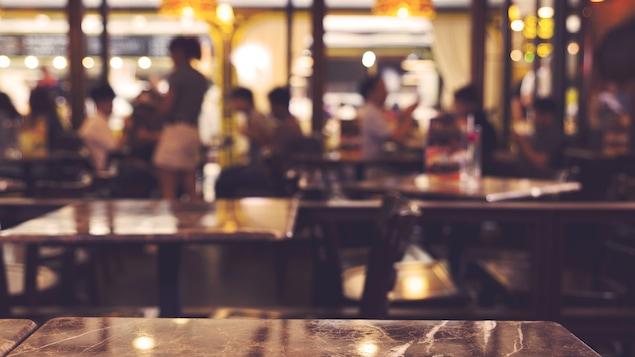 Un restaurant avec de nombreux clients qui mangent