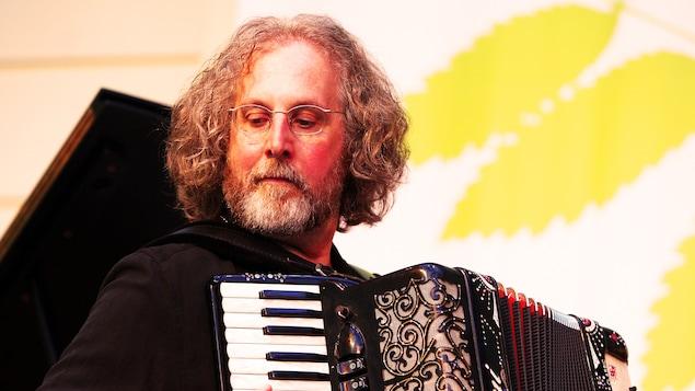 Alan Bern joue de l'accordéon