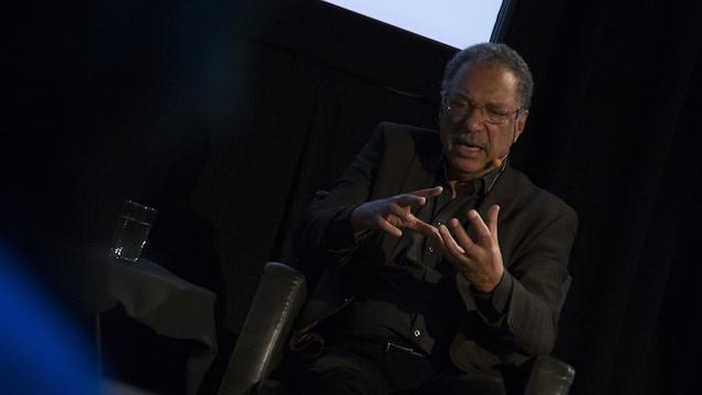 Le biologiste Daniel Pauly, assis dans un fauteuil de cuir, répond à une question.