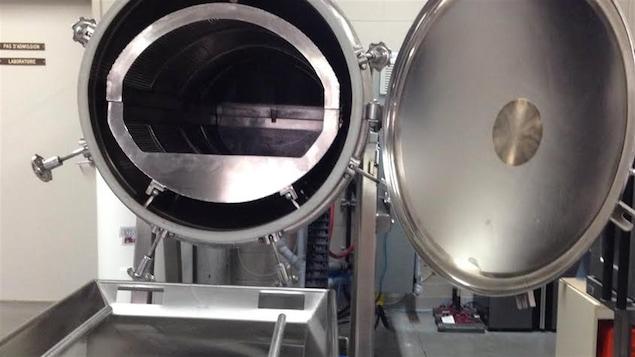 Une machine à aquamation dont la porte est ouverte.