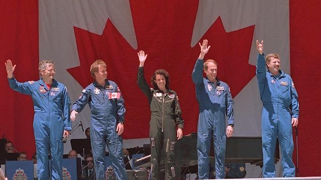 Les astronautes canadiens Marc Garneau, Bjarni Tryggvason, Julie Payette, Steve MacLean et David Williams saluent la foule lors d'une cérémonie de la fête du Canada en 1996 à Ottawa.