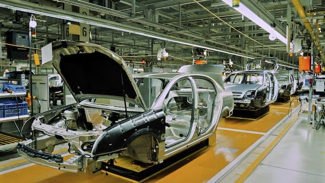 Automobiles en train de de se faire construire à la chaîne dans une usine