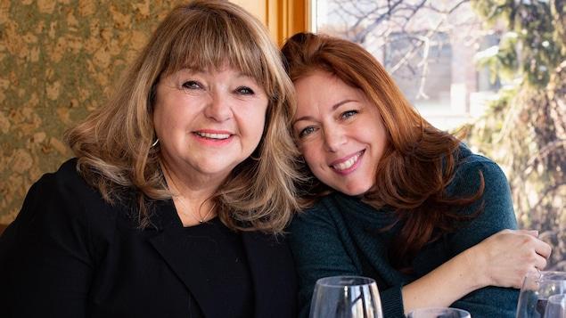 Les deux femmes sourient à la caméra