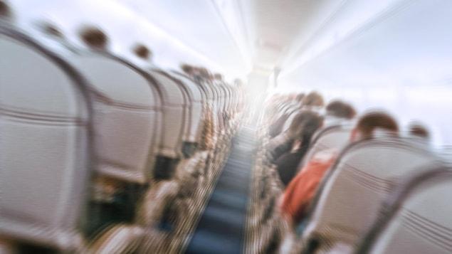 Une photo montrant l'intérieur d'un avion en train de vibrer pendant des turbulences.