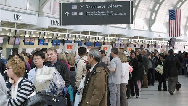 Des passagers en attente dans un aéroport.