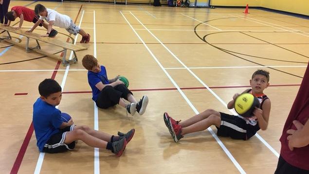 Des jeunes qui s'entraînent dans un gymnase.
