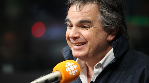 Alexandre Jardin sourit au micro d'ICI Première.