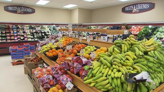 Des étalages remplies de fruits et de légumes.