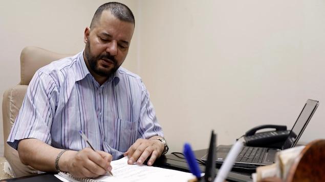 L'avocat et militant LGBTQ+ Mounir Baatour dans son bureau de Tunis.
