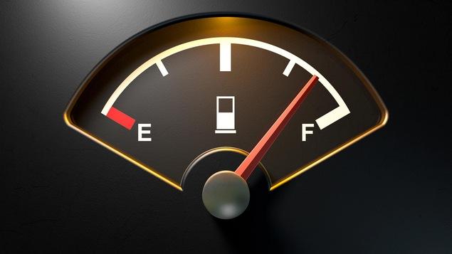 Gros plan sur la jauge à essence d'une automobile.