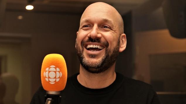 Martin Matte rigole au micro de Stéphan Bureau.